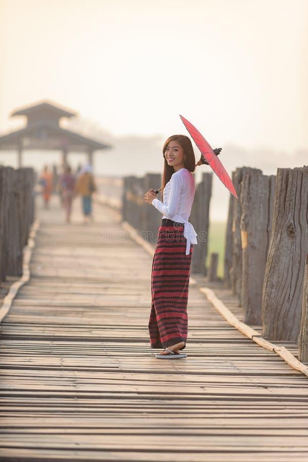 Stående av att le den härliga unga burmese kvinnan royaltyfri foto