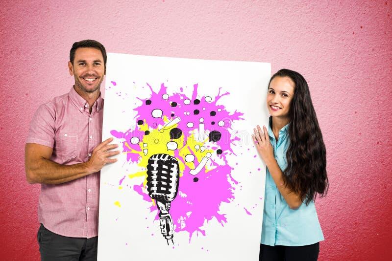 Stående av att le den hållande affischtavlan för par med olika symboler mot den rosa väggen royaltyfria bilder
