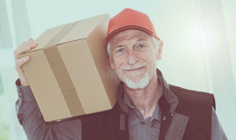 Stående av att le den höga delivereren royaltyfri foto