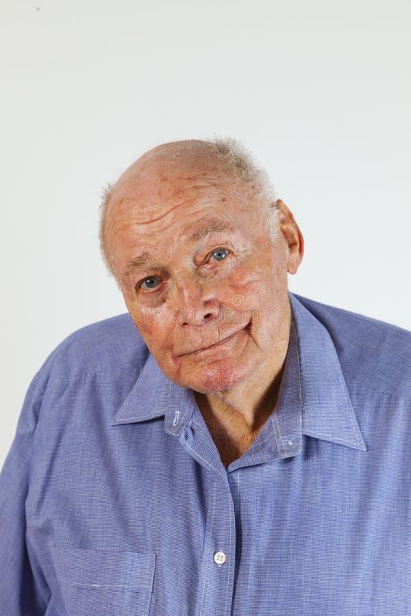 Stående av att le den lyckliga äldre mannen royaltyfria bilder