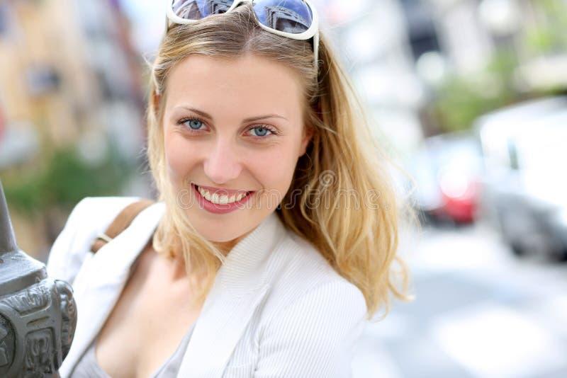 Stående av att le den moderiktiga unga kvinnan i stad royaltyfria foton