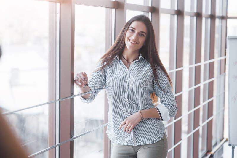 Stående av att le den nätta unga affärskvinnan på arbetsplats fotografering för bildbyråer