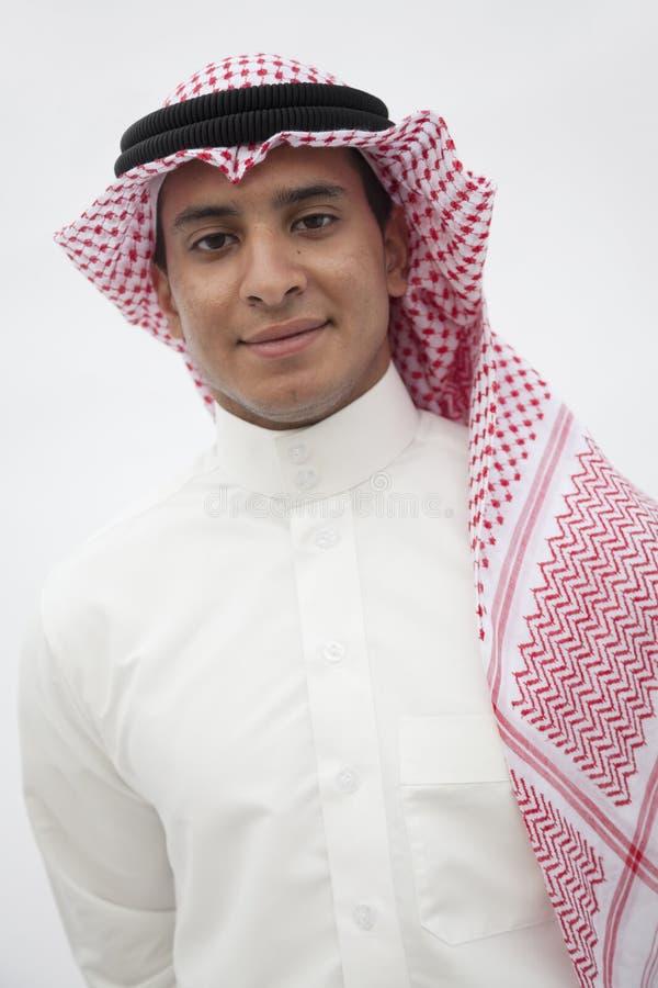 Stående av att le den tonårs- pojken i traditionella arabiska kläder, studioskott arkivfoto