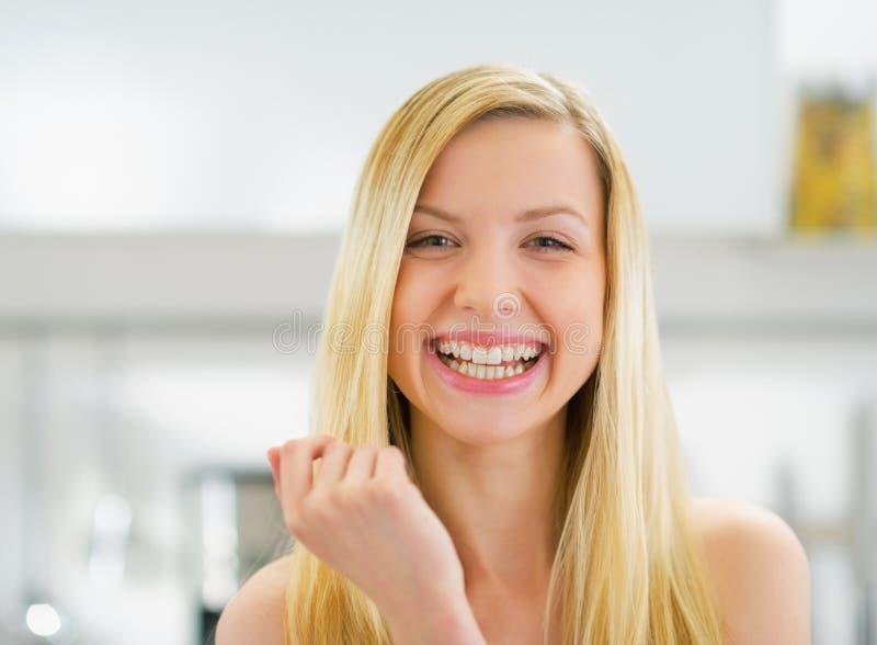 Stående av att le den unga kvinnan i kök royaltyfria bilder