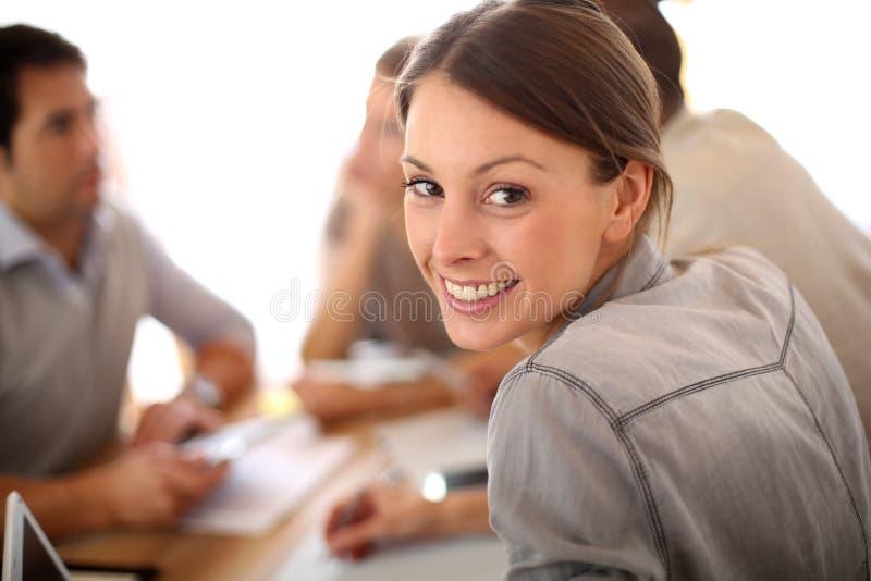 Stående av att le den unga kvinnan som deltar i möte fotografering för bildbyråer