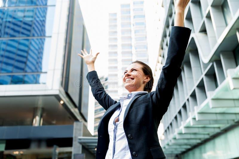 Stående av att le för affärskvinna som är utomhus- arkivfoton