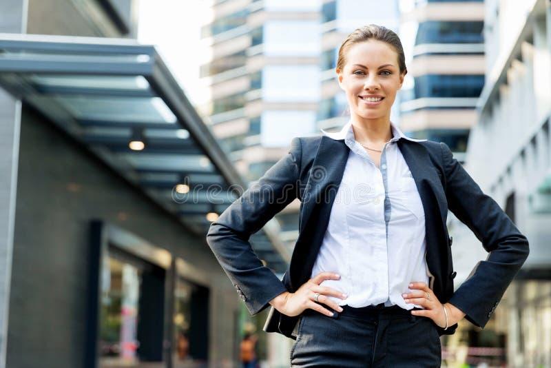 Stående av att le för affärskvinna som är utomhus- royaltyfri fotografi