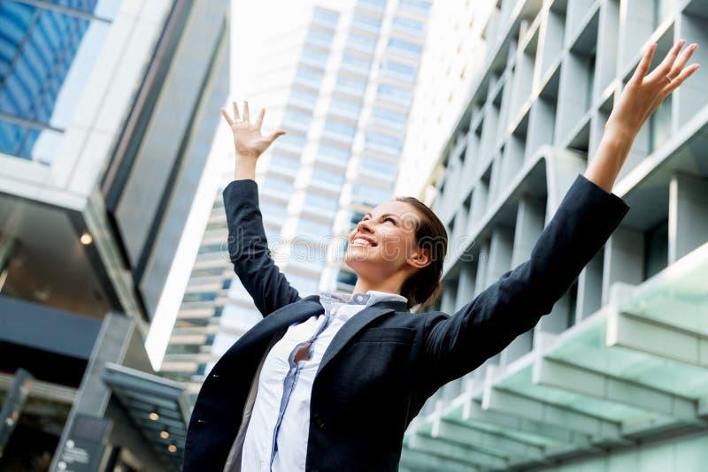 Stående av att le för affärskvinna som är utomhus- royaltyfria bilder