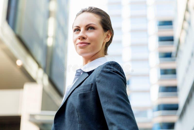 Stående av att le för affärskvinna som är utomhus- arkivbild