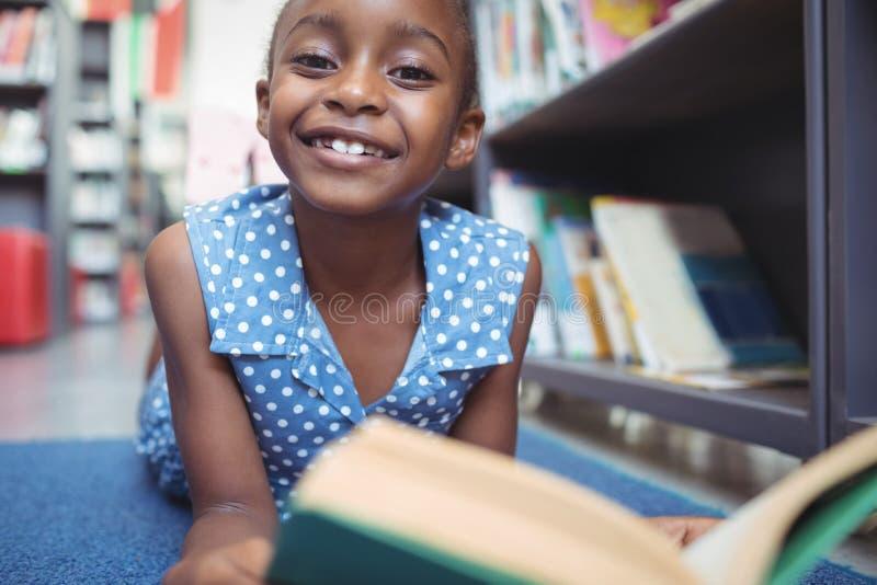 Stående av att le flickan med boken i arkiv royaltyfri foto
