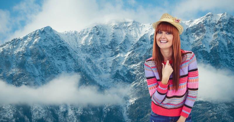 Stående av att le hipsteranseende mot snowcapped berg royaltyfri fotografi
