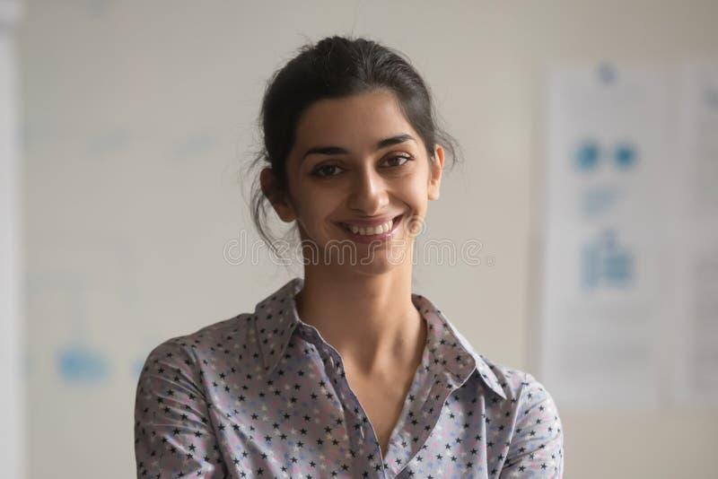 Stående av att le indisk kvinnlig anställd som poserar för foto royaltyfria bilder