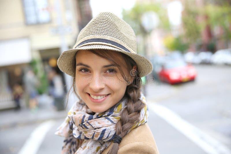 Stående av att le kvinnan i gatorna av New York royaltyfri foto
