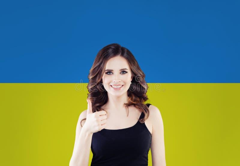 Stående av att le kvinnan med den ukrainska flaggan arkivbild