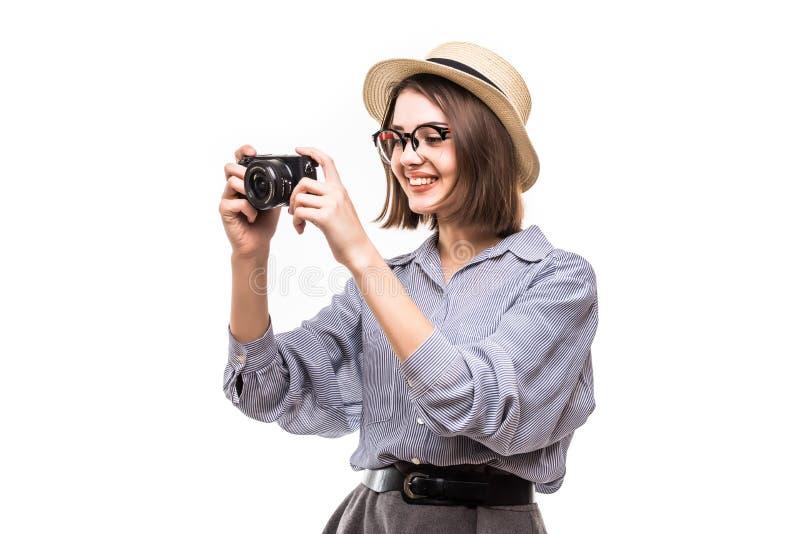 Stående av att le kvinnan med fotokameran som ser kameran som isoleras på vit arkivbilder