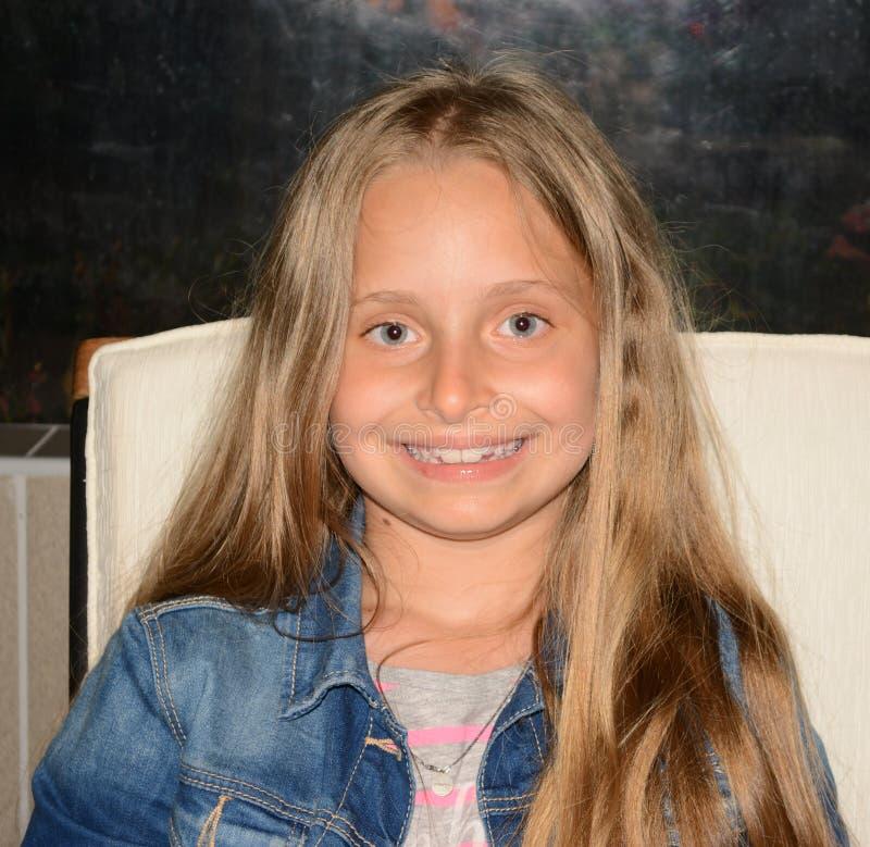 Stående av att le lilla flickan med långt hår royaltyfri bild