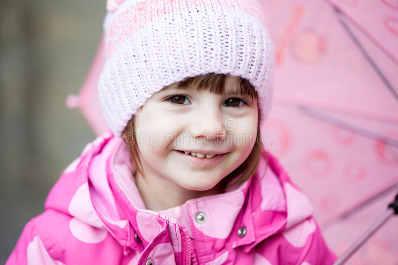 Stående av att le litet barnflickan i rosa färger arkivfoto