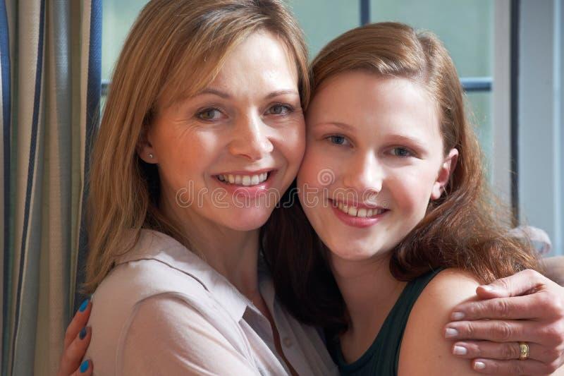 Stående av att le modern med den tonårs- dottern royaltyfri foto