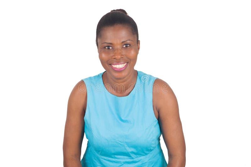 Stående av att le och säker kvinna på vit bakgrund arkivbild