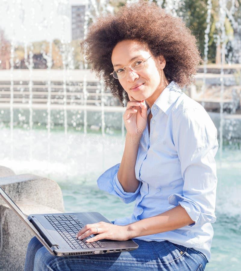Stående av att le studentWoman Working With för barn den svarta bärbara datorn arkivbild