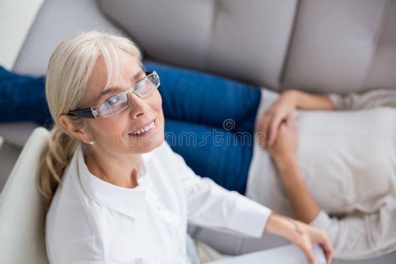 Stående av att le terapeuten av kvinnan arkivfoto