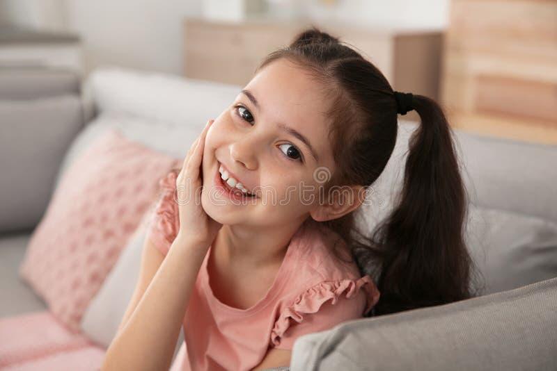 Stående av att skratta för liten flicka royaltyfria bilder