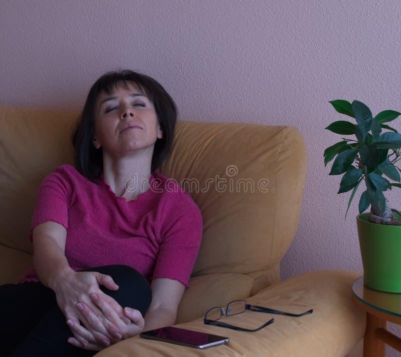 Stående av att sova den mellersta ålderkvinnan i rosa skjorta royaltyfri foto