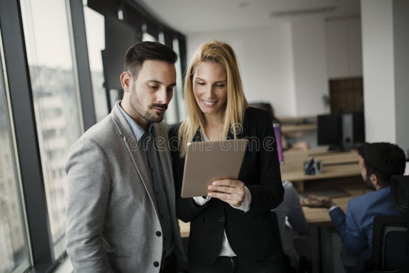 Stående av attraktiva affärspartners som använder minnestavlan arkivbilder