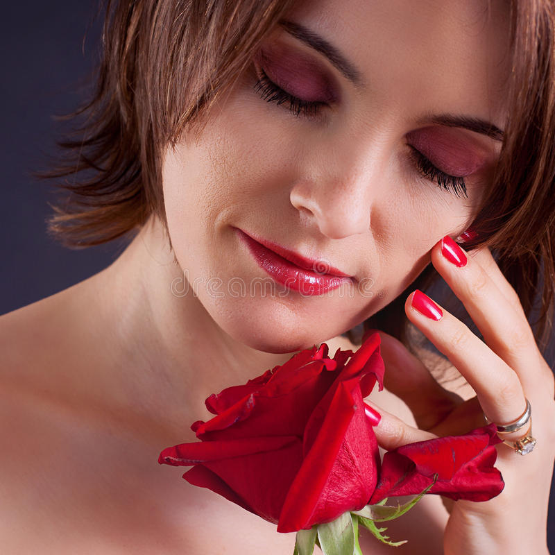 Stående av attraktivt caucasian le blont för kvinna som isoleras på arkivbild