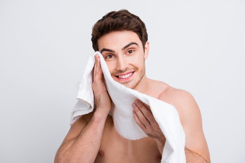Stående av attraktivt, manligt naket macho torka hans framsida med fotografering för bildbyråer