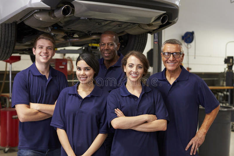 Stående av auto mekaniker som arbetar i garage arkivfoto