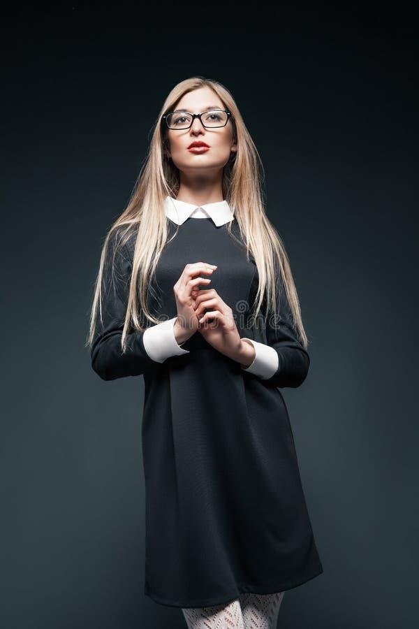 Stående av bärande exponeringsglas för blond kvinna arkivbild