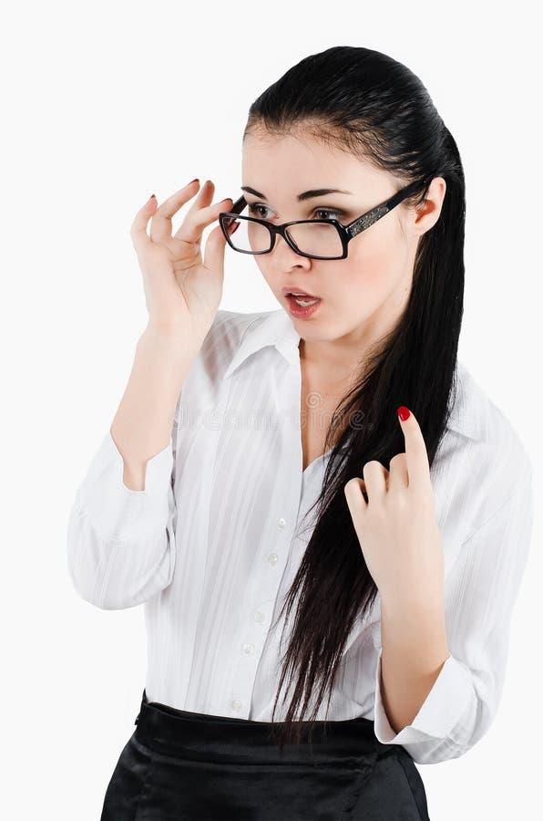 Stående av bärande exponeringsglas för en förvånad för affärskvinna sekreterare arkivfoto