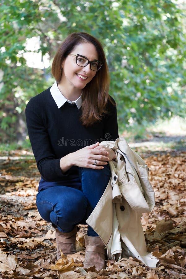 Stående av bärande exponeringsglas för en mogen kvinna arkivbild