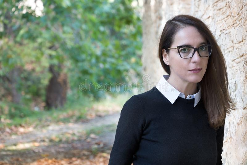 Stående av bärande exponeringsglas för en mogen kvinna royaltyfri fotografi