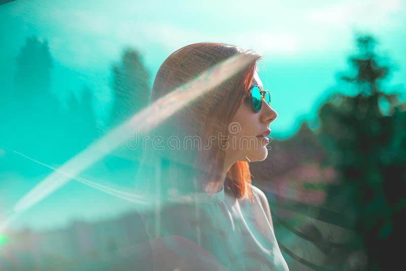 Stående av bärande exponeringsglas för härlig redhairkvinna royaltyfri foto