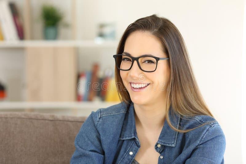 Stående av bärande glasögon för en skönhetkvinna royaltyfri foto