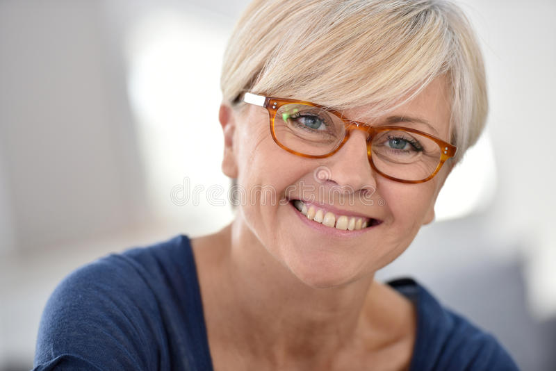 Stående av bärande glasögon för gladlynt hög kvinna royaltyfria bilder