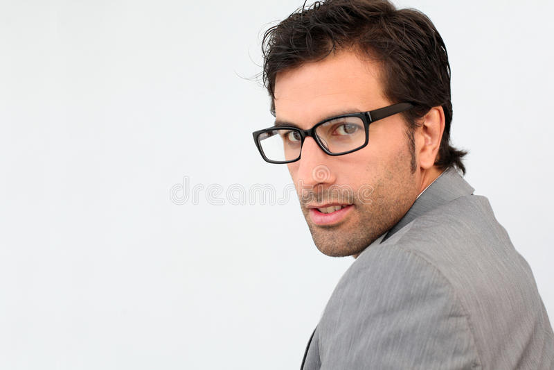 Stående av bärande glasögon för stilig affärsman arkivfoton