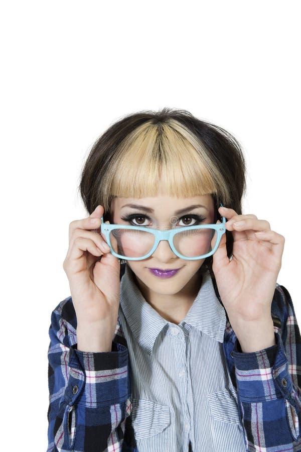 Stående av bärande glasögon för ung kvinna över vit bakgrund royaltyfri bild