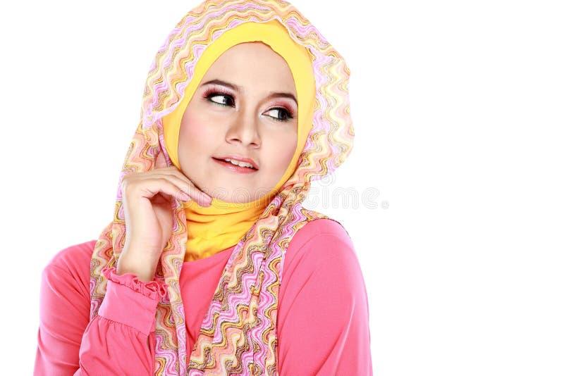 Stående av bärande hijab för härlig kvinna arkivfoton