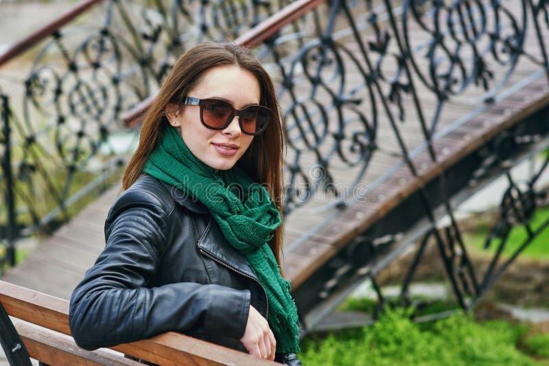 Stående av bärande solglasögon för en ung kvinna i staden royaltyfri bild