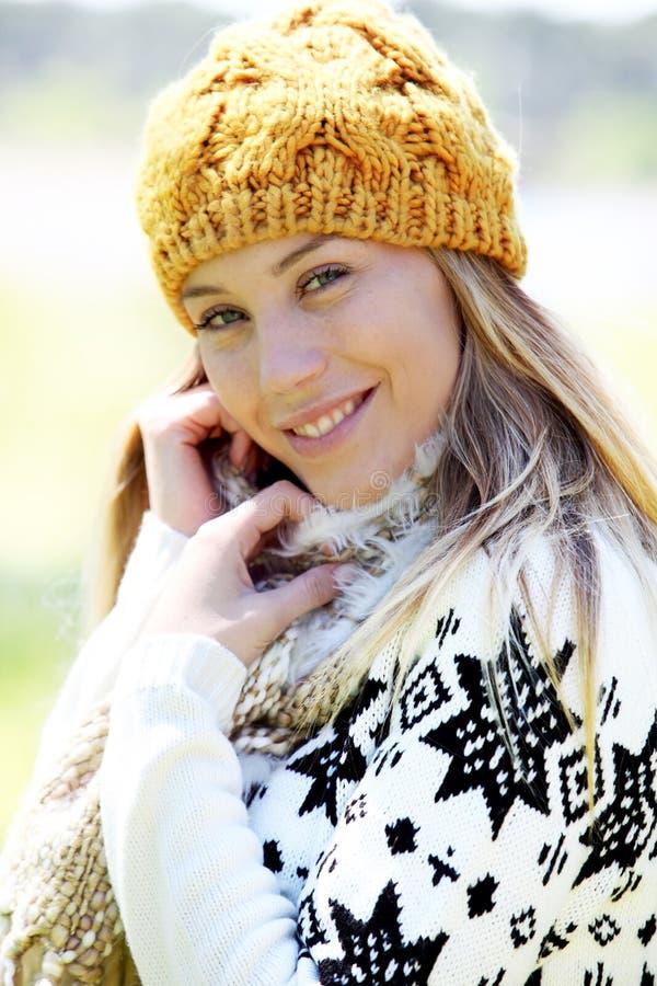 Stående av bärande vinterkläder för blond kvinna royaltyfria bilder