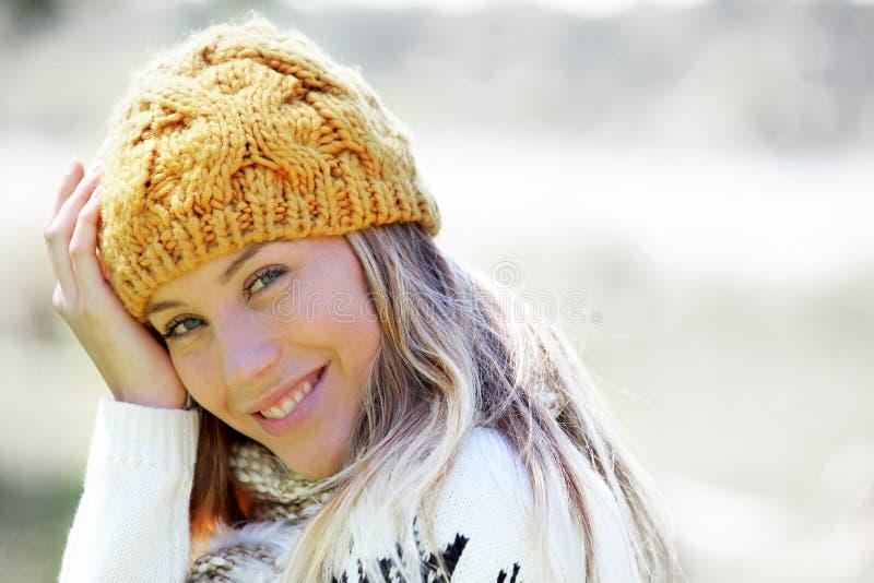 Stående av bärande vinterkläder för ung blond kvinna royaltyfria foton