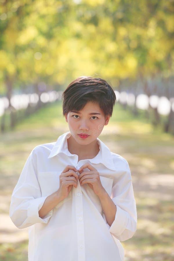 Stående av bärande vita skjortor för härlig ung asiatisk kvinna arkivfoton