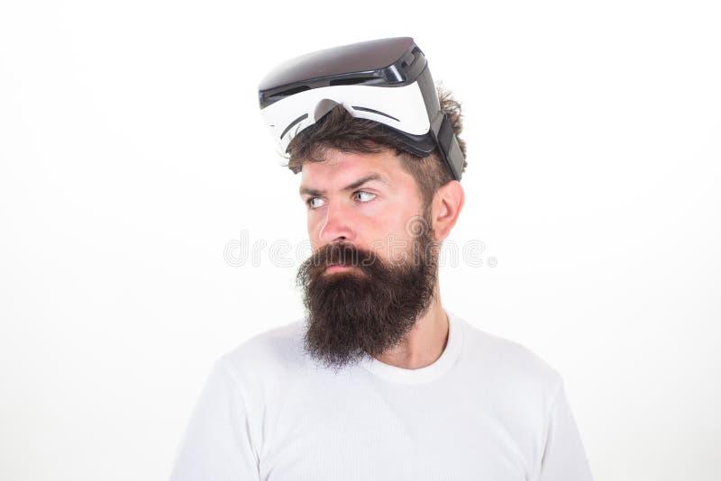 Stående av bärande vrskyddsglasögon för ung man som erfar virtuell verklighet genom att använda hörlurar med mikrofon 3d En perso royaltyfria bilder