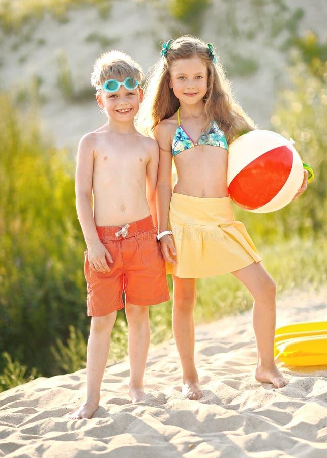 Stående av barn på stranden arkivbild