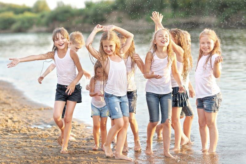Stående av barn på stranden arkivfoton