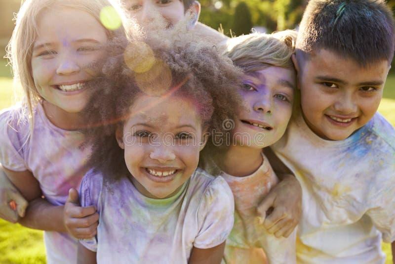 Stående av barn som firar den Holi festivalen arkivbild