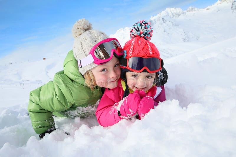 Stående av barn som har gyckel i snön arkivbilder